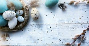 Fondo di Art Easter con le uova di Pasqua sulla tavola bianca fotografie stock libere da diritti