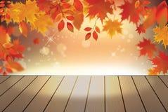 Fondo di autunno con le foglie cadenti rosse sulla plancia di legno Fotografie Stock Libere da Diritti