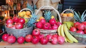 Fondo di autunno del gruppo di frutti del canestro dell'ananas della banana del melograno Immagine Stock