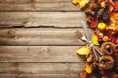 Fondo di autunno di ringraziamento con l'argenteria d'annata fotografie stock