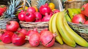 Fondo di autunno di frutti del canestro dell'ananas della banana del melograno Fotografia Stock Libera da Diritti