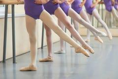 Fondo di balletto, ballerine che hanno pratica Immagine Stock