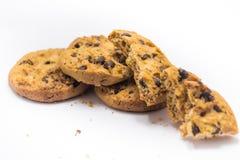 Fondo di bianco del biscotto di pepita di cioccolato Fotografie Stock Libere da Diritti