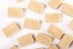 Fondo di Brown Sugar Cubes Isolated Above White fotografie stock libere da diritti
