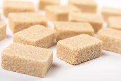 Fondo di Brown Sugar Cubes Isolated Above White fotografia stock