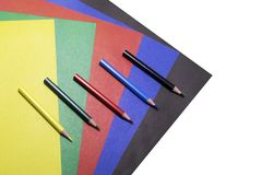 Fondo di carta colorata e delle matite colorate fotografia stock