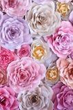 Fondo di carta dei fiori variopinti Rose rosse, rosa, porpora, marroni, gialle e della pesca della carta fatta a mano immagine stock