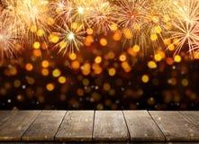 Fondo di celebrazione con le esplosioni dei fuochi d'artificio e il woode vuoto Fotografia Stock