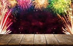 Fondo di celebrazione con le esplosioni dei fuochi d'artificio e il woode vuoto Fotografia Stock Libera da Diritti
