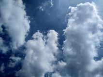 Fondo di cielo blu nuvoloso bianco fotografia stock libera da diritti