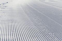 Fondo di corsa con gli sci - neve fresca sul pendio dello sci Fotografia Stock Libera da Diritti