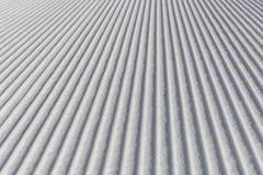 Fondo di corsa con gli sci - neve fresca sul pendio dello sci Immagini Stock Libere da Diritti