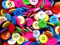 Fondo di cucito disordinato variopinto dei bottoni fotografia stock