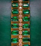 Fondo di cuoio con le gemme verdi Immagine Stock