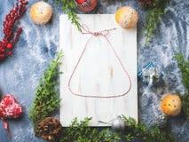 Fondo di disposizione del piano di Natale con la campana della cordicella Fotografia Stock Libera da Diritti