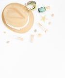 Fondo di estate Cappello di paglia, braccialetto di boho e bottiglie del cosmetico Disposizione piana, vista superiore Fotografie Stock