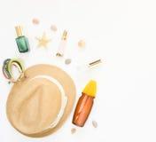 Fondo di estate Cappello di paglia, braccialetto di boho, spruzzo di protezione del sole e cosmetici Disposizione piana, vista su Immagine Stock Libera da Diritti
