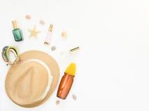 Fondo di estate Cappello di paglia, braccialetto di boho, spruzzo di protezione del sole e cosmetici Disposizione piana, vista su Immagini Stock