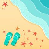 Fondo di estate con i Flip-flop su una spiaggia del mare con le coperture delle stelle marine Fotografia Stock