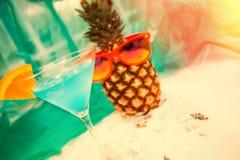 Fondo di estate con il cocktail e l'ananas con gli occhiali da sole Fotografie Stock Libere da Diritti