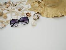 Fondo di estate Coperture, cappelli di paglia, occhiali da sole fotografia stock