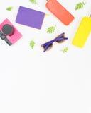 Fondo di estate Retro macchina fotografica rosa, occhiali da sole luminosi, gelato Disposizione piana, vista superiore Fotografia Stock