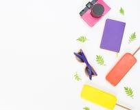 Fondo di estate Retro macchina fotografica rosa, occhiali da sole luminosi, gelato Disposizione piana, vista superiore Immagini Stock