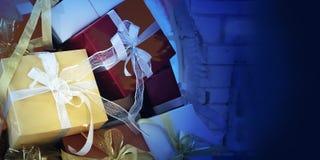 Fondo di ferie con i bei contenitori di regalo di lusso Fotografie Stock