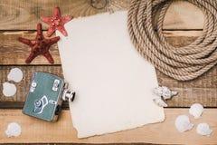 Fondo di festa con carta, la corda e una macchina fotografica Immagine Stock