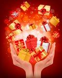Fondo di festa con le mani che tengono i contenitori di regalo Fotografia Stock Libera da Diritti