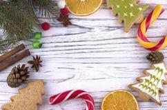 Fondo di festa del nuovo anno di natale di Natale con la canna naturale secca del cande dei rami dell'abete dei coni della cannel Fotografie Stock Libere da Diritti