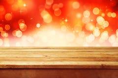 Fondo di festa di Natale con la tavola di legno vuota della piattaforma sopra bokeh festivo Aspetti per il montaggio del prodotto Immagini Stock