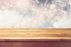 Fondo di festa di Natale con la tavola di legno vuota della piattaforma sopra il bokeh di inverno Aspetti per il montaggio del pr Fotografia Stock