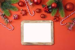 Fondo di festa di Natale con la struttura, le decorazioni e la o della foto immagini stock