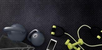 Fondo di forma fisica con i kettlebells e lo smartphone Immagine Stock Libera da Diritti