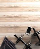 Fondo di forma fisica con le teste di legno e lo smartphone Vista da sopra Fotografia Stock Libera da Diritti