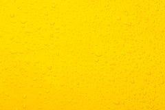 Fondo di giallo di colore della goccia di acqua Immagini Stock