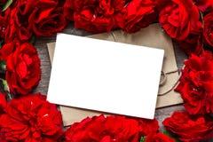 Fondo di giorno di biglietti di S la cartolina d'auguri in bianco nel telaio fatto delle rose rosse fiorisce Immagini Stock Libere da Diritti