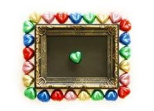 Fondo di giorno di biglietti di S. Valentino con forma variopinta del cuore del cioccolato e la struttura dell'oro Copi lo spazio Fotografie Stock Libere da Diritti