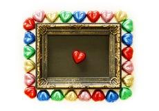 Fondo di giorno di biglietti di S. Valentino con forma variopinta del cuore del cioccolato e struttura dell'oro dalla vista super Fotografie Stock Libere da Diritti
