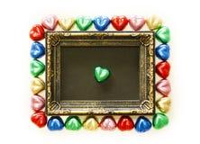 Fondo di giorno di biglietti di S. Valentino con forma variopinta del cuore del cioccolato e struttura dell'oro dalla vista super Immagini Stock Libere da Diritti