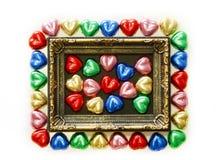 Fondo di giorno di biglietti di S. Valentino con forma variopinta del cuore del cioccolato e struttura dell'oro dalla vista super Fotografia Stock Libera da Diritti