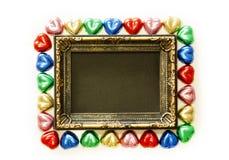 Fondo di giorno di biglietti di S. Valentino con forma variopinta del cuore del cioccolato e struttura dell'oro dalla vista super Immagine Stock