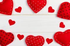Fondo di giorno di biglietti di S. Valentino con i cuori modellati del tessuto su fondo di legno Fotografie Stock