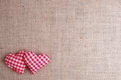 Fondo di giorno di biglietti di S. Valentino con il hea a quadretti fatto a mano del tessuto due Fotografia Stock