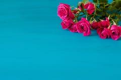 Fondo di giorno di biglietti di S. Valentino con le rose rosa sopra la tavola di legno Vista superiore con lo spazio della copia Fotografia Stock Libera da Diritti