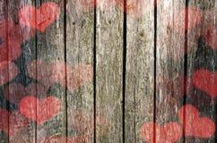 Fondo di giorno del ` s del biglietto di S Bordo di legno anziano con i cuori fotografia stock