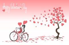 Fondo di giorno del ` s del biglietto di S. Valentino con una bicicletta, una coppia amorosa e un albero con i cuori dipinti Immagini Stock