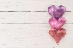 Fondo di giorno del ` s di giorno o della madre del ` s del biglietto di S. Valentino con tre cuori romantici di amore su legno b Immagini Stock Libere da Diritti