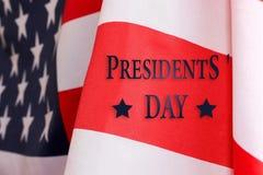 Fondo di giorno del ` s di presidente Il testo del GIORNO del ` S di PRESIDENTE e della bandiera degli Stati Uniti immagini stock libere da diritti